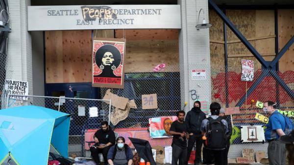 """西雅图""""自治区""""示威者给年轻人发枪 市长:这是民主的实验"""