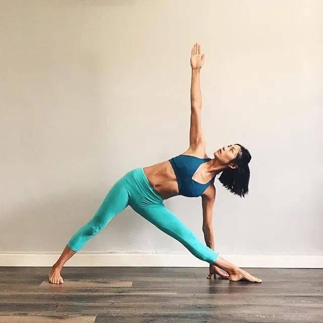 常练瑜伽,三角式的6种不同练习方法,一定要试试!_大腿 高级健身 第1张