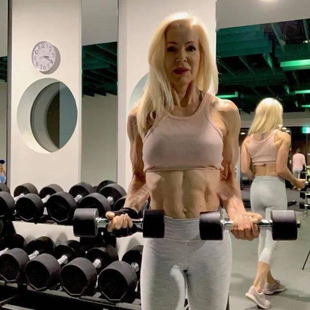 她48岁开始健身,64岁时身材如20岁少女,撸铁16年! 中级健身 第33张