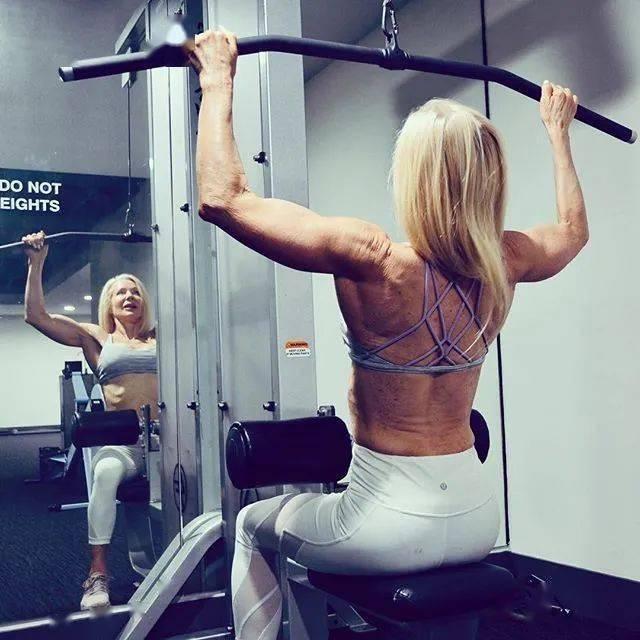 她48岁开始健身,64岁时身材如20岁少女,撸铁16年! 中级健身 第20张