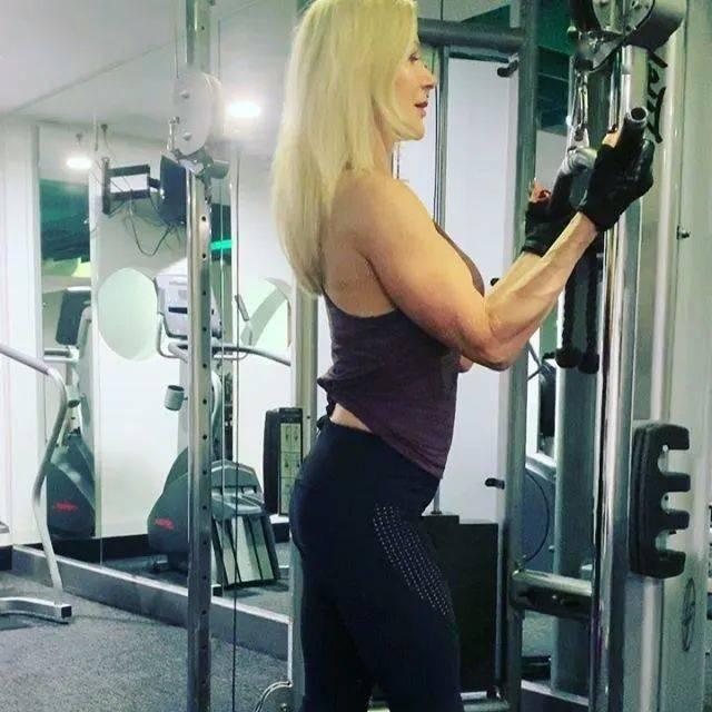 她48岁开始健身,64岁时身材如20岁少女,撸铁16年! 中级健身 第10张