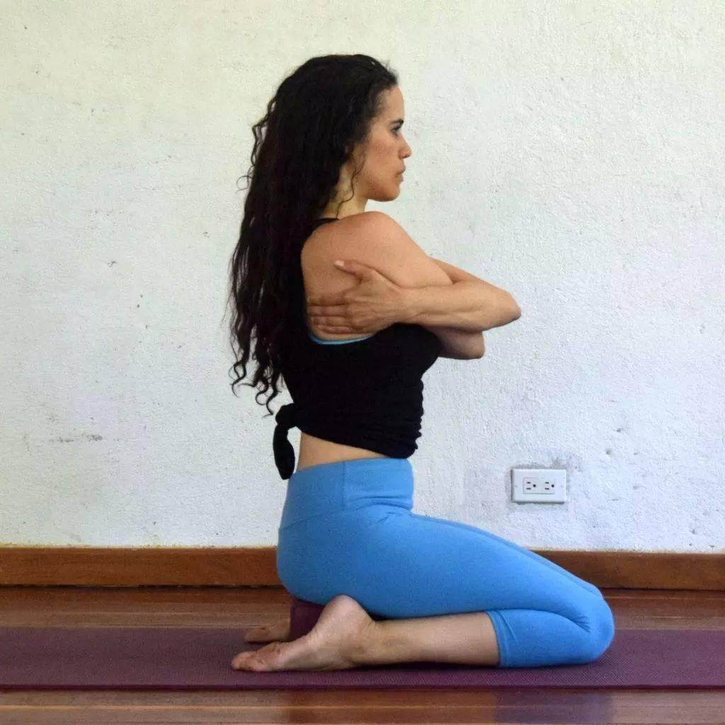 瑜伽开肩&加强肩部力量,2套动作帮你一次搞定!_双手 高级健身 第11张