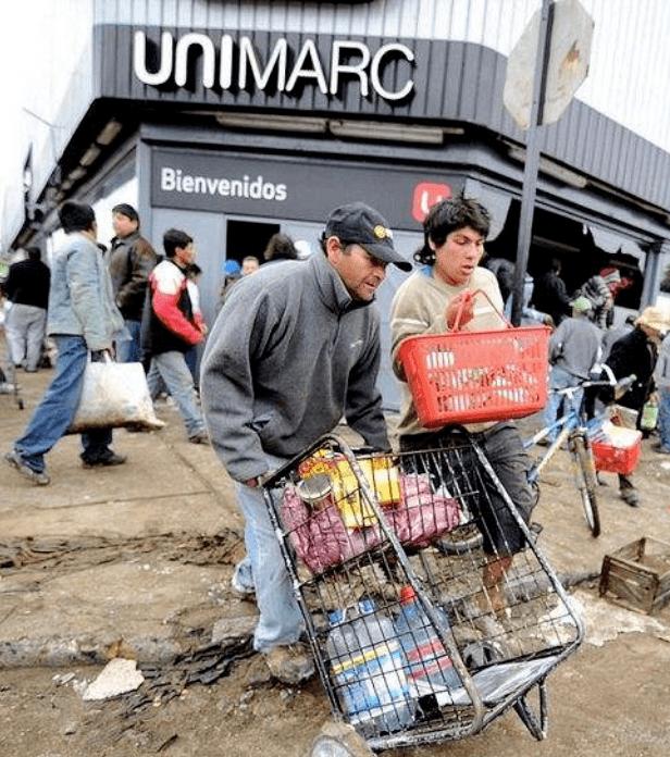 疫情封城期间不戴口罩抢劫超市的美国民众.