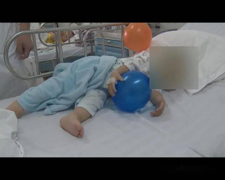 1岁多的宝宝吞下14颗磁力球,肠胃两处穿孔!