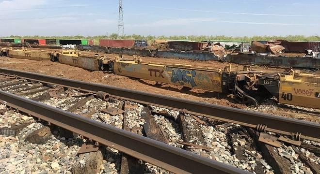 美国德克萨斯州遭受严重雷雨天气 数十节火车车厢脱轨电线杆被折断