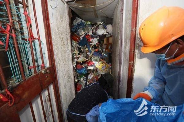 恶臭熏天!男子捡垃圾成瘾堆满楼道,法警防护服上阵清出400袋垃圾