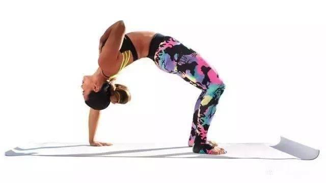 练瑜伽上背部僵硬怎么办?找个小伙伴一起这样拉伸,有效又好玩!