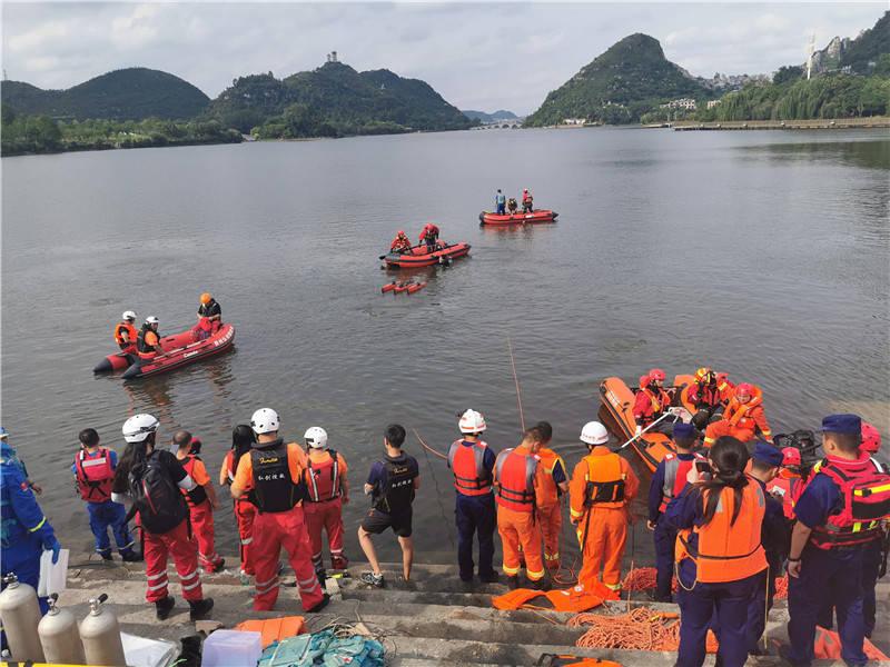 图集 | 直击贵州安顺坠湖公交车打捞过程