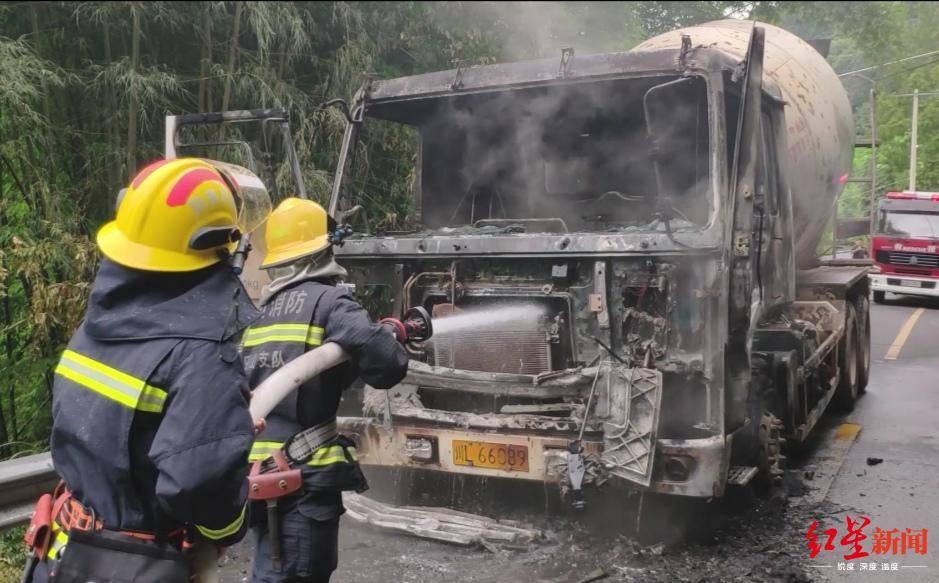 载液化气车辆行驶中后轮起火_惊险!四川乐山一辆货车自燃,车上的煤气罐还在漏气……_灭火