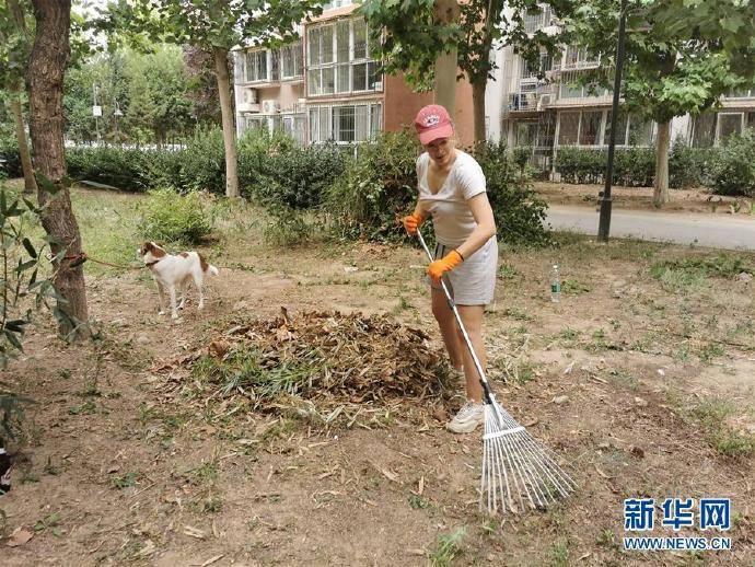 波兰女孩在北京:化身志愿者 守护社区环境