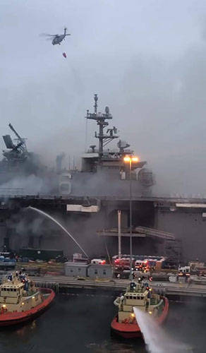 美军舰爆炸起火燃烧近1天1夜:舰岛烧穿 桅杆坍