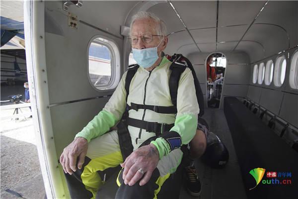 103岁老人4000米高空跳伞获吉尼斯纪录成最大年龄跳伞者