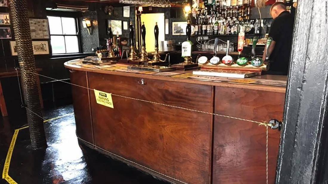 """""""有电,危险!""""为保持社交距离,英国一酒吧装设电围栏阻止顾客靠近吧台_中欧新闻_欧洲中文网"""