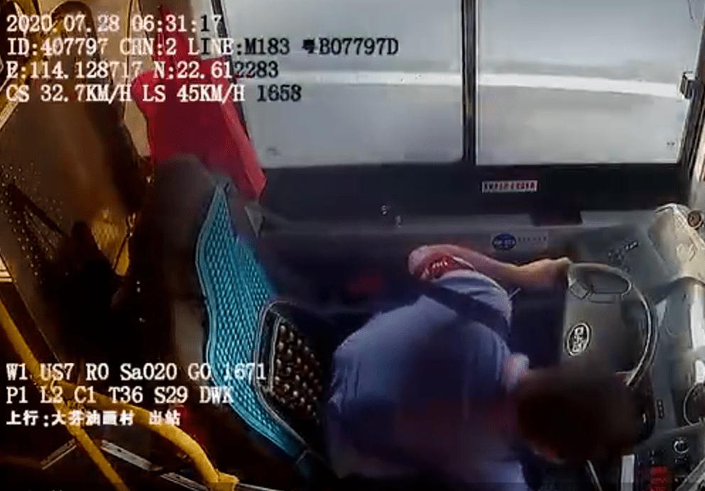 深圳一公交车撞死一名行人,事发时司机俯身捡水杯分心驾驶