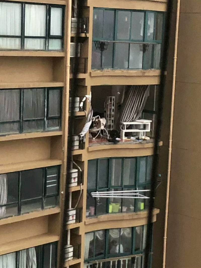 台州一女子台风天关窗时从11楼被吹落坠亡,同小区多户窗户吹坏
