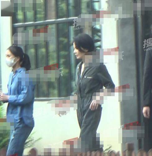 51岁王菲近况,穿连体裤似小姑娘,神态动作和谢霆锋越发神似