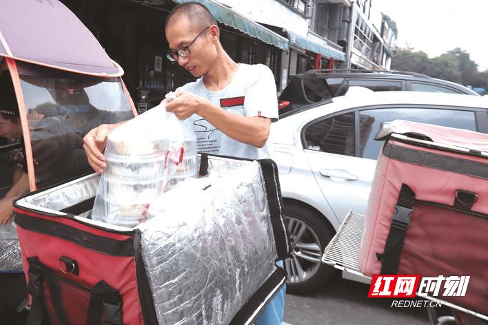 高温下的劳动者丨长沙县外卖小哥:烈日下穿梭与时间赛跑