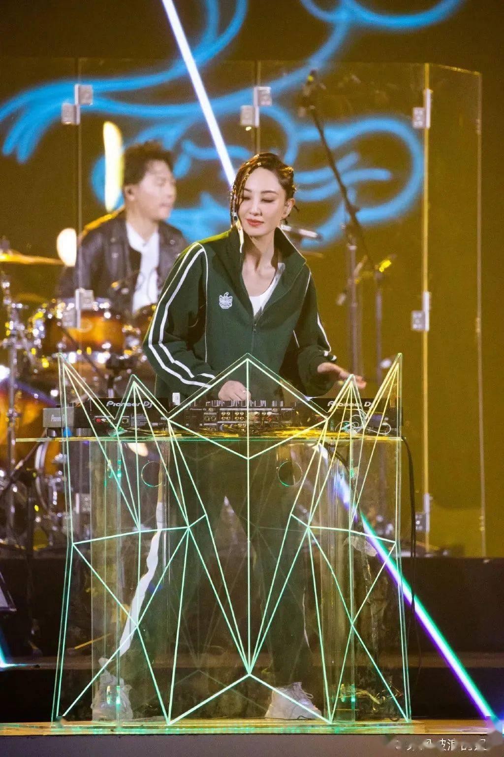 你只看到了郑希怡的唱跳?她的小脏辫不值得出圈吗!插图(3)