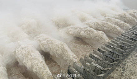 三峡枢纽迎建库来最大洪峰