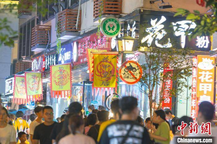 """江西赣州""""城中村""""华丽变身繁华""""美食街"""""""