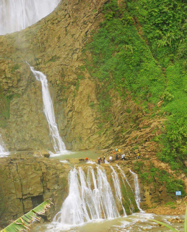 贵州滴水滩瀑降体验者谈瀑降:女儿的腿被划破,自己的腰勒伤