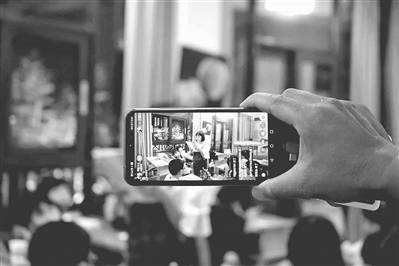 家长们也被吸引到教室外用手机拍照。