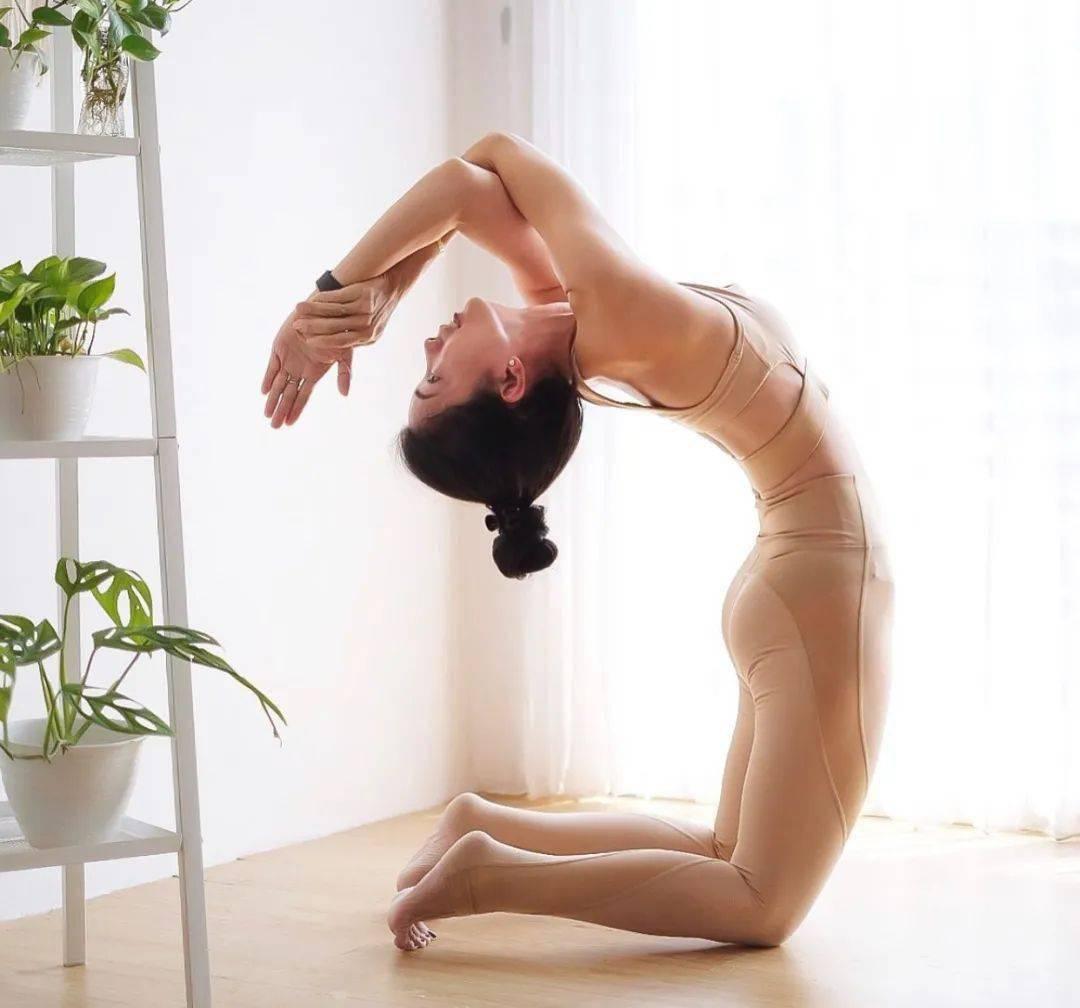 8 个瑜伽体式防止胸部下垂,效果杠杠滴!