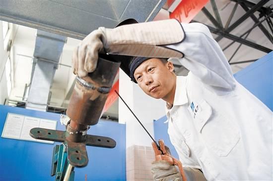 """带技术不""""藏""""程克辉造就数百名核级焊工"""