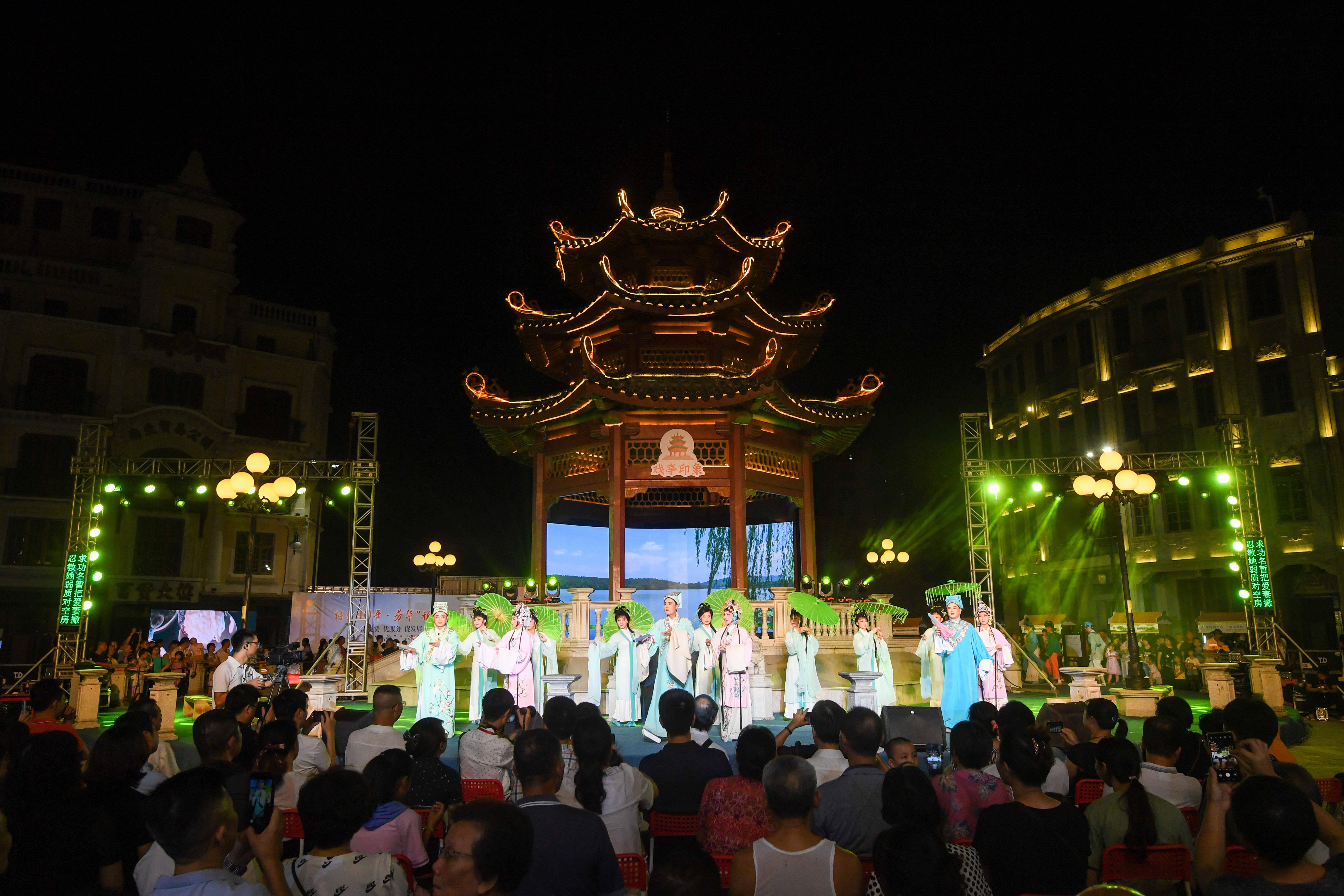 广东汕头:惠民演出丰富市民夜生活