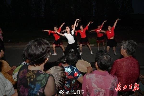 研究生进村教村民跳时尚广场舞