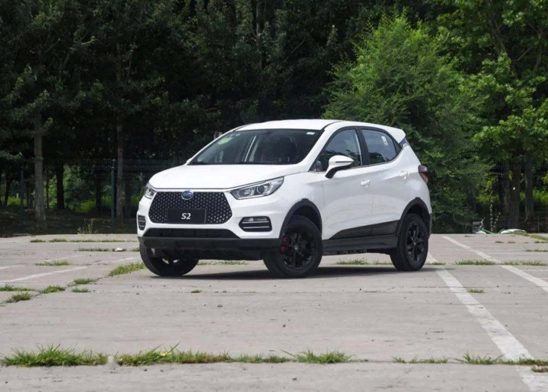比亚迪S2定位为电动小型SUV,外观相当帅气。89800起非常实惠