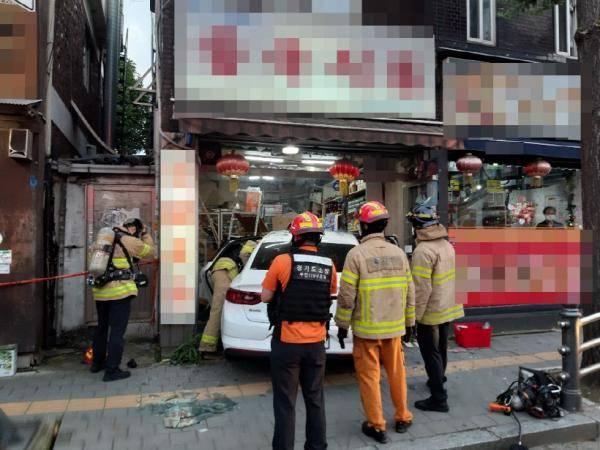 场景!一辆汽车撞向韩国的中国杂货店,