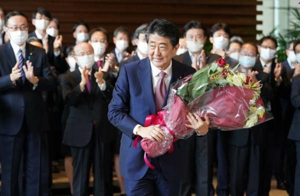 安倍搬离日本首相官邸:手捧鲜花微笑 200多人送行