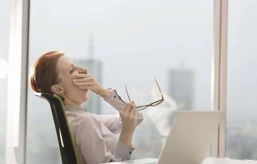 为你上班充电的办公瑜伽练习