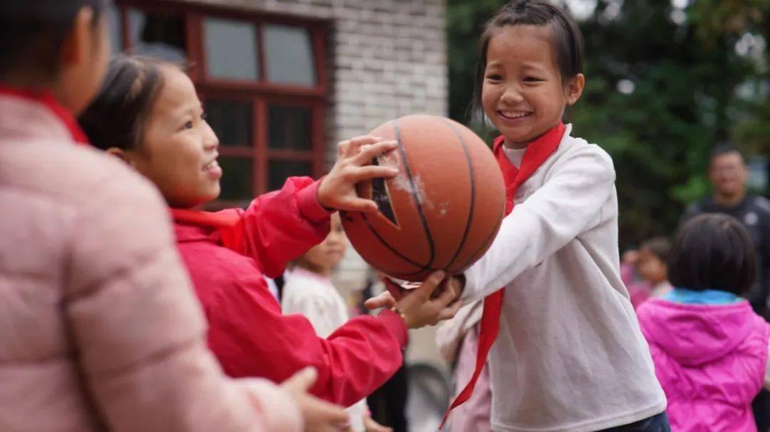 在山区小学捐赠的运动包背后,阿里体育
