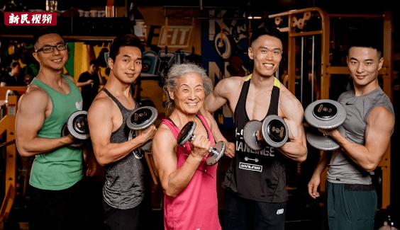 70岁奶奶火了,3个月减重28斤,用马甲线征服40万人,太硬核了!