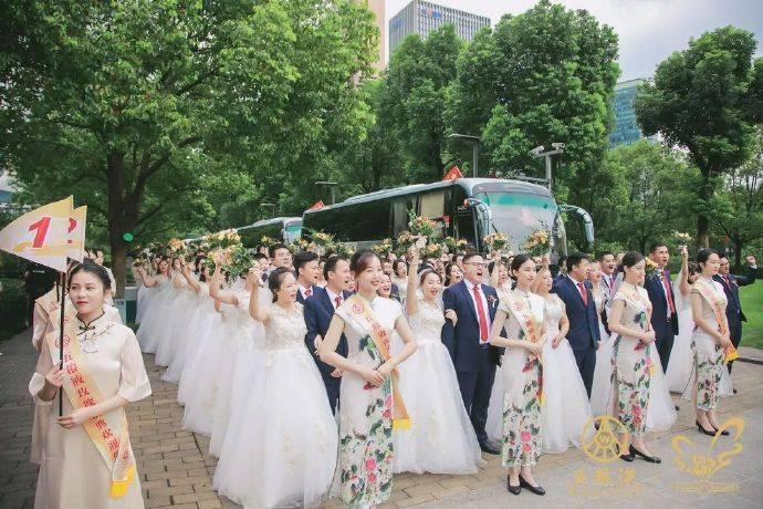 集齐17个省市的100对新人,这场玫瑰婚典有点甜!