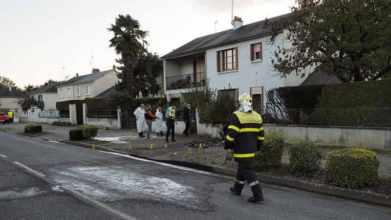 两架法国飞机相撞后坠入居民区 造