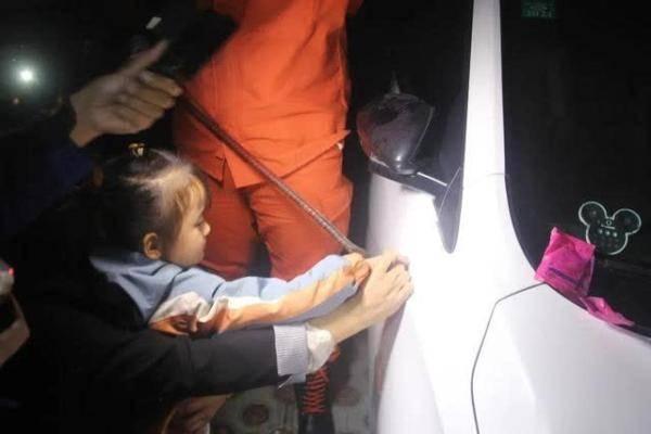 四岁女童手指被车门缝卡住,淡定等待消防救援