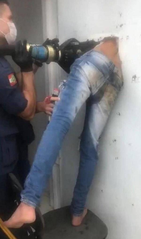 巴西少年被关监狱仅两小时,便开始越狱,没成想却被卡在门洞上