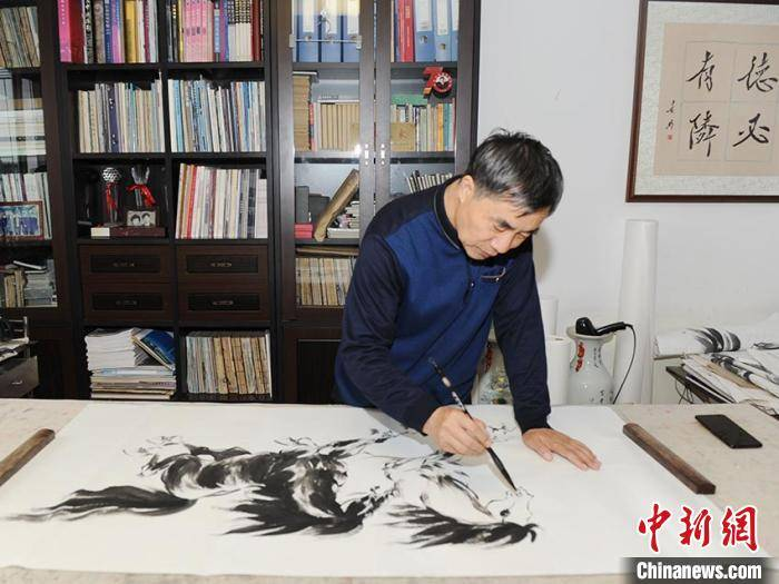 """自学绘画钻研7年 62岁""""马痴""""一年能画近万匹马"""