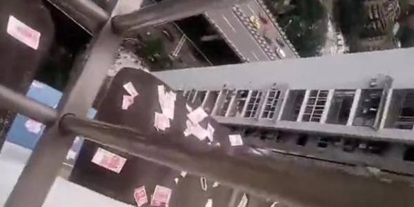 恒达注册重庆一男子在楼顶,狂撒20万现金被拘留,警方:该男子系吸毒者 (图1)