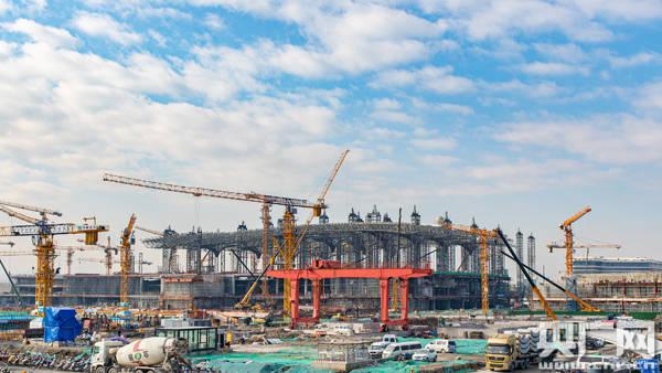 杭州机场新建T4航站楼首段钢屋架提升就位 三期工程建设进入新篇章