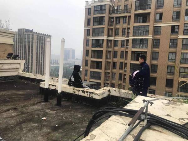 恒达注册长沙13岁女孩坐在8楼顶上欲轻生, 消防员:这么冷,我给你送了衣服就走 (图1)