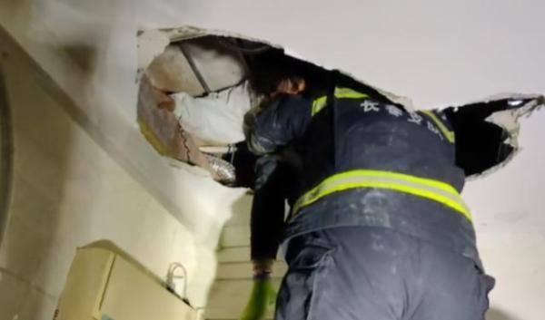 恒达注册女子进入石材店突然消失,再发现时竟被困在天花板上 (图2)