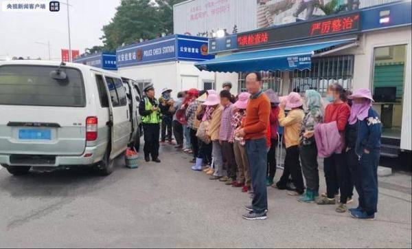 超载333%!一面包车在南宁收费站被查 车里竟塞进26人