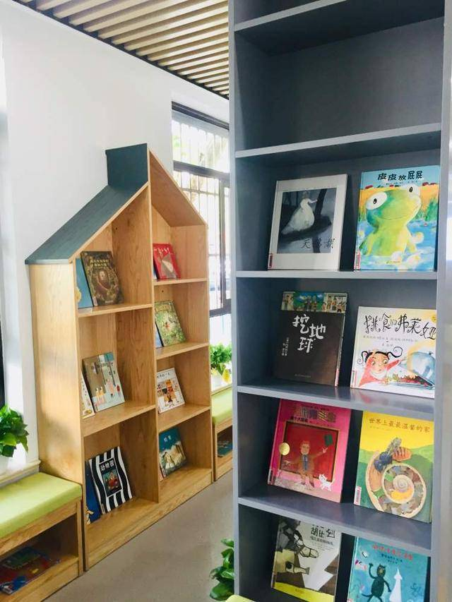"""一出教室就被书本包围,市西小学开出""""走廊图书馆"""""""
