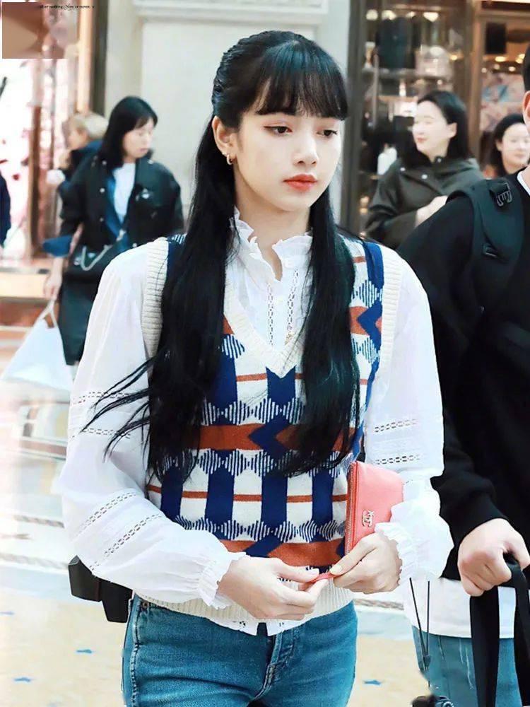 Lisa沈梦辰相差6cm,同穿白衬衫配马甲,身高竟不影响颜值?