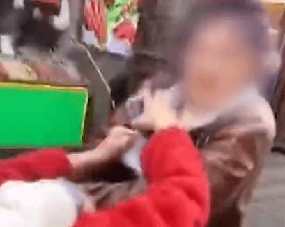 平遥古城一店员殴打游客致其面部流血,官方回应:目前正在协商处理....