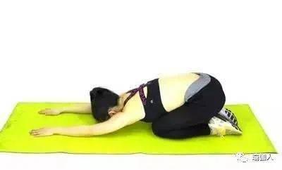 露背很尴尬?每天5个瑜伽动作练习,纤瘦美背提气质